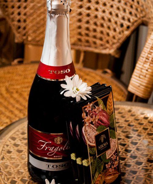 Подарок вино и настоящий шоколад